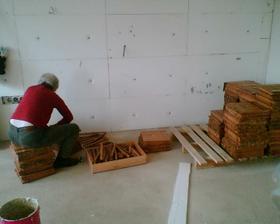rozlepování jednotlivých dřevíček...