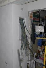 zítra by tam místo té změti drátů měli být pojistky...