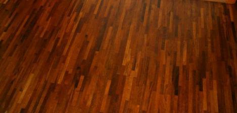 podlaha v obýváku a kuchyni...