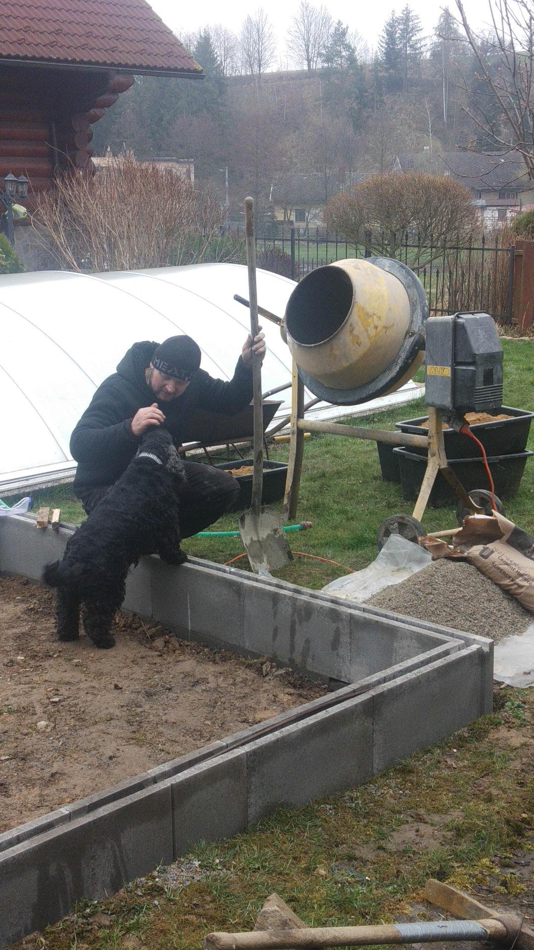 Zahrada 2021 a budování skleníku - Náš pomocník se prdelí všude :-)