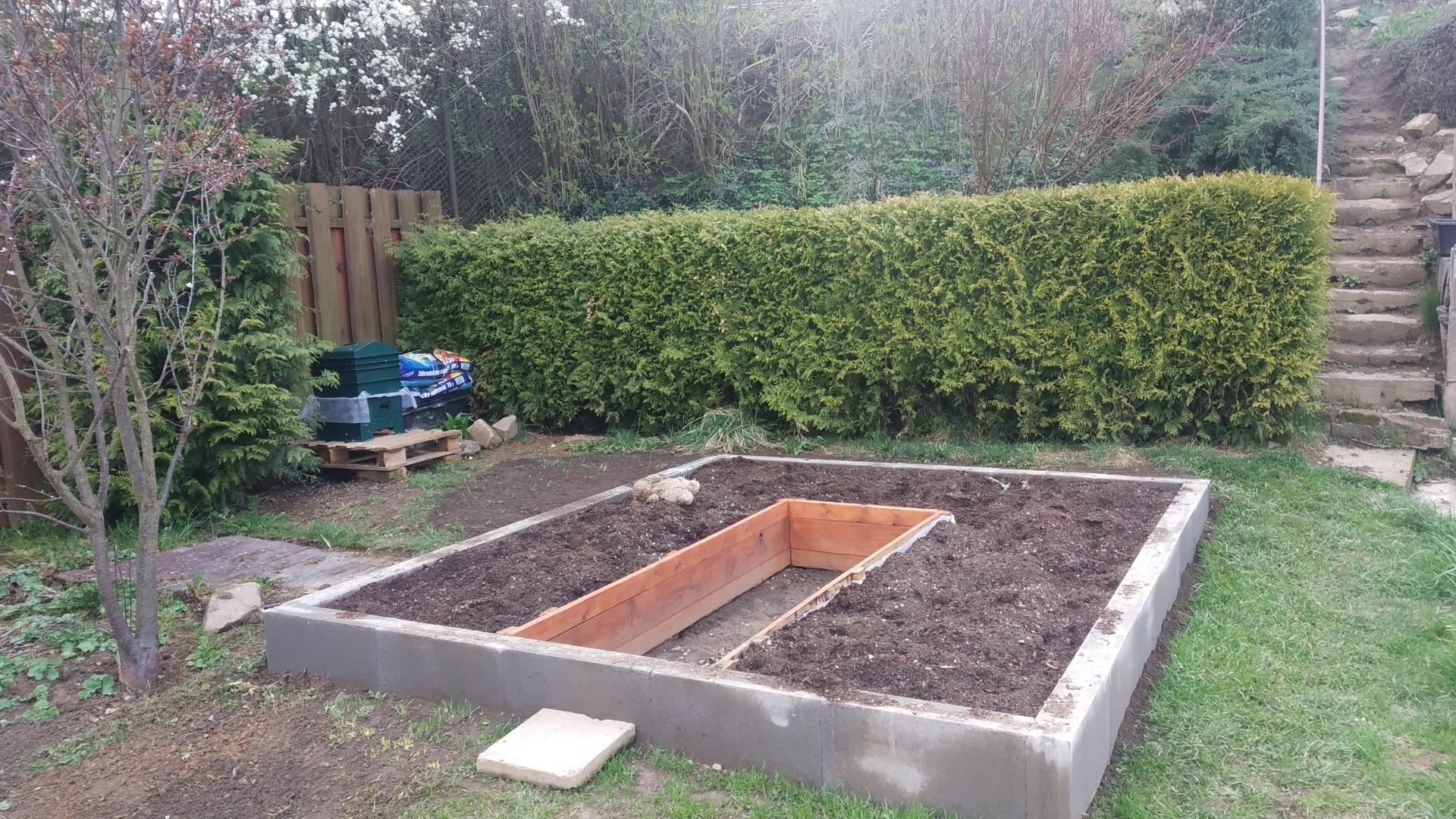 Zahrada 2021 a budování skleníku - Jo a žížalovník se teprve u nás zabydluje..