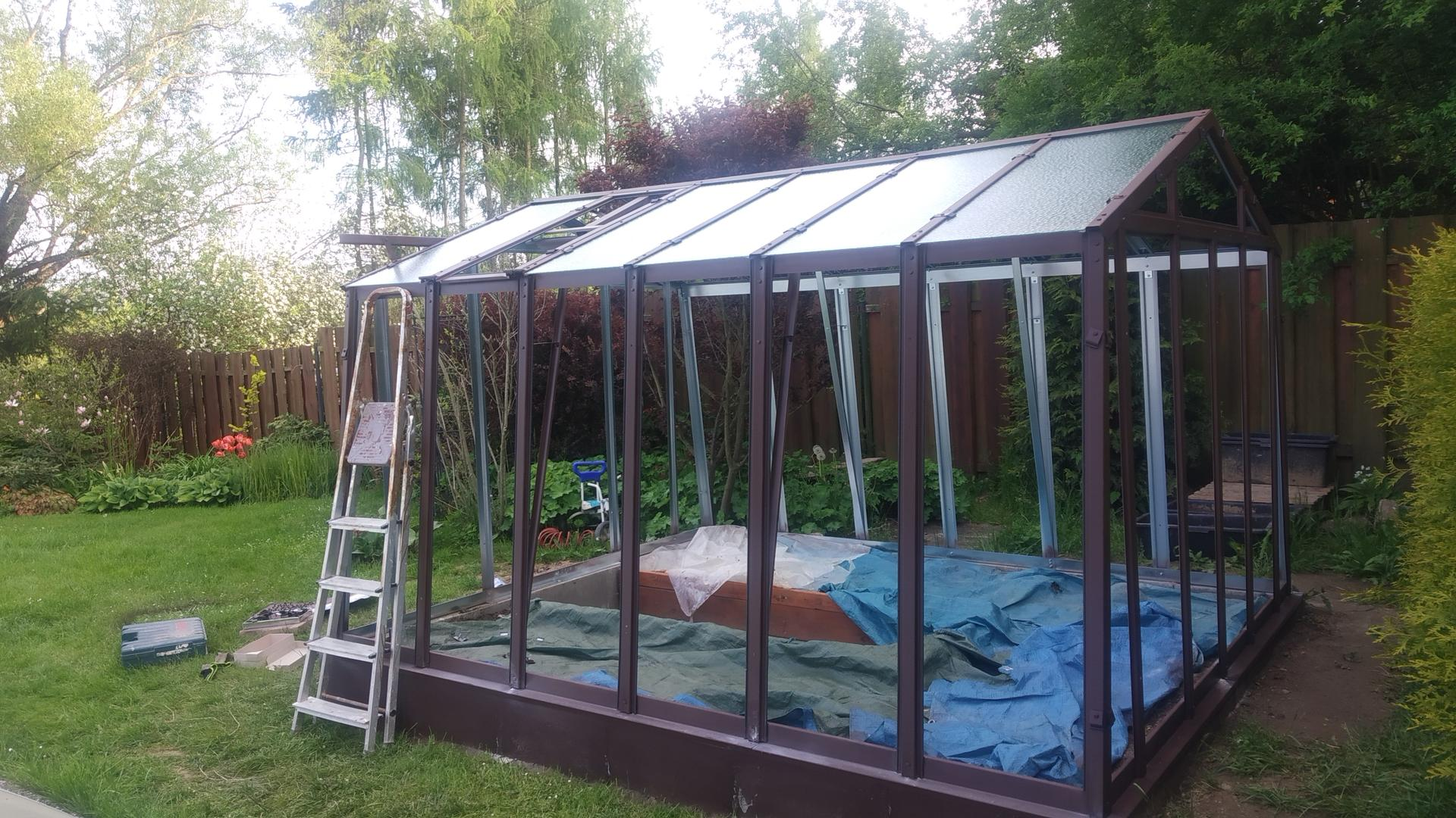 Zahrada 2021 a budování skleníku - Natřeno a dáváme skla.