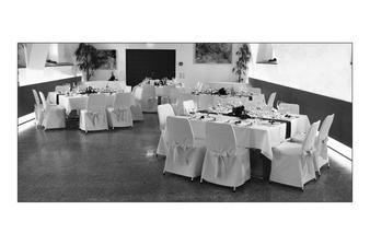 stoly budou pro 8 hostů