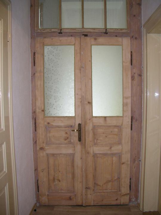 Naše doma :) - A po renovaci mým manželem :). Byla to neskutečná dřina, na dveřích byly asi 3 vrstvy barvy :(.
