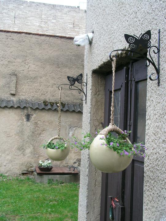 Naše doma :) - Část zahrady. Nejlepší na ní je, že je z jedné strany cesta se zákazem vjezdu a z druhé nás od souseda dělí zeď vysoká asi 4m :). Dokonalé soukromí!