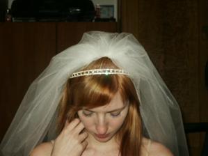 měl být i závoj, ve finále zůstala jen čelenka a růže do vlasů, kterou jsem si koupila jen pár dní před svatbou