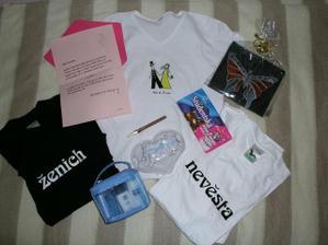 Fotky z rozlučky mi admini smazali, dárky z ní ale nechali:).Dostala jsem krásné dárečky!Mimo jiné podvazek, doutník nebo třeba masáž před svatbou:)...Moc díky, holky:)!