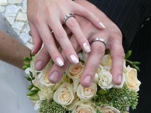 Po více jak roce se ke mně konečně dostaly další fotky od jednoho ze svatebčanů...a objevila jsem tam tuto krásnou prstýnkovou:)