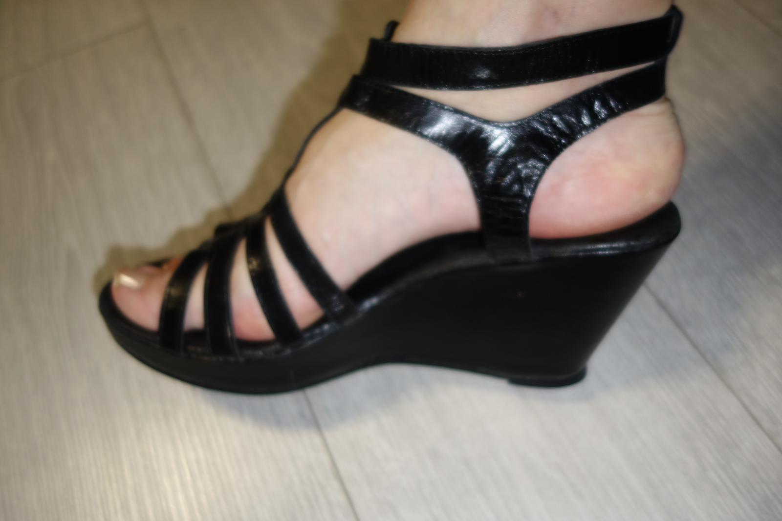Čierne kožené sandále značky Emma  - Obrázok č. 2