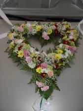 bude ikebana zo živých kvetov a obrúčky pletené z prírodného vlákna