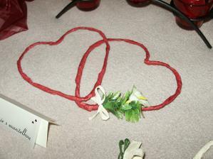 srdiečka na stoly kamienky bordové-smotanové-biele - tie má na starosti kvetinárka
