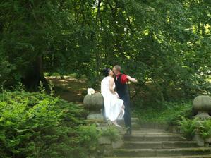 Fotograf: nechte už toho, tamhle jdeme na lavičku (přes kopec, v hlíně, kde podpatky byly hluboko pod zemí) ... a odpověď mého manžela na fotce :-)