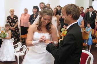 Ja jsem to samozrejme dala poprve na opacnou ruku, proto se tak vsichni smejou :-) no, vzala jsem si tu ktera byla nejblize :-))