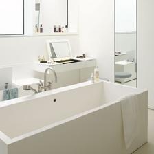 v zadu na foto je toaletny stolik, otvaracia horna cast so zrkadlom. Paci sa mi to.