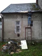 """Oprava"" strechy pomocou linolea :-)"