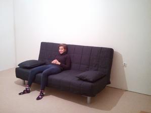 Konecne koberec a sedacko-postel.