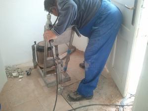Podrezavame cely dom kvoli vlhkym stenam.