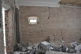 Objavuje sa strop, vybrata zarubna, osekane steny.