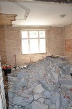 Vsetok bordel v strede izby, na strope vidiet steny pristavenej kupelne ktoru sme zrusili. :-)