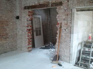 Pohlad do kuchyne, vlavo v rohu boli kachle, ostal otvor na komin.