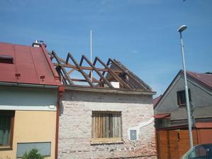 Konecne prerabame horne poschodie a strechu. Najprv isiel dole eternit.