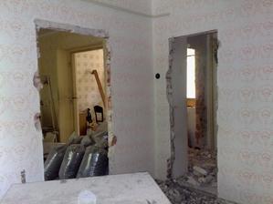 Dvere v pravo viedli z izby do chodby, vlavo do obyvacky. Tie v pravo sme zamurovali a na tejto stene bola neskor vstavana skrina.