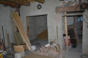 Strasny bordel. Vlavo nasa pidi kuchyna a zakryte miesto na kachle. Vpravo chodba, v nej rovno kupelna, vpravo v chodbe dvere.