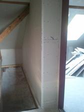 oplastena aj posledna steny druhej izby, pohlad dole na schody