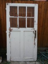 Krasne stare dvere, neskor pribudnu na terasu ako dekoracia..