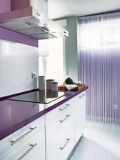 moderna s fialovou pracovnou doskou