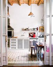 s malovanou podlahou a mriezkovanymi dvierkami