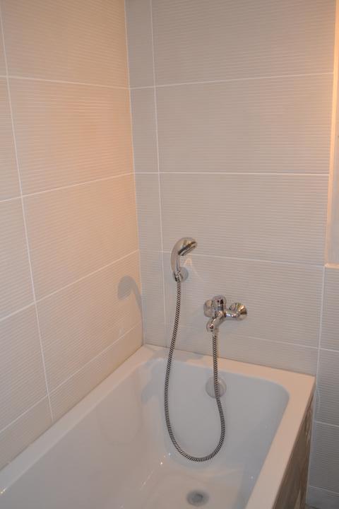 U nás - v malom dome :-) - obklad zatial iba utrety, bateria a sprchova hlavica docasne..