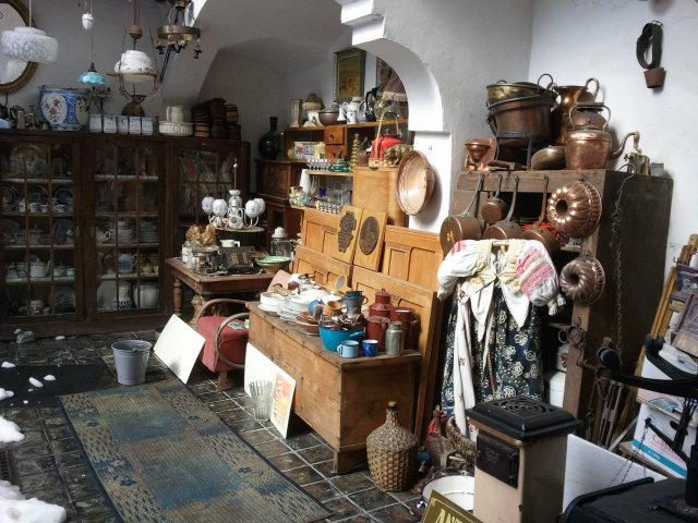 U nás - v malom dome :-) - Jeden antik bazar v BB ( ta medena forma na babovku a stary pisaci stroj budu moje :-) )
