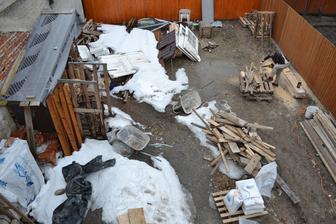 "Takze nas ""obrovsky"" pozemok na jar 2013.. Okrem snehu tu mame vsetko co zostalo po prestavbe domu.. Zaciname velke upratovanie.. :-)"