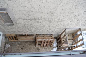 Okno a stena od susedov - zatial asi najvacsi poriadok :-)