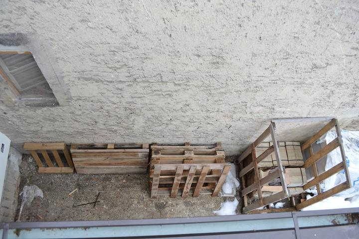 Projekt - záhrada ;-) - Okno a stena od susedov - zatial asi najvacsi poriadok :-)