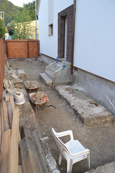 Projekt - záhrada ;-) - vykopane pod parkovacim miestom a chodnikom..