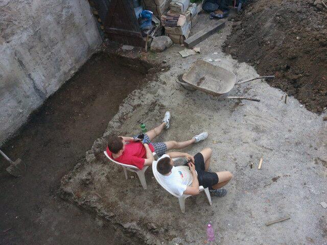 Projekt - záhrada ;-) - priprava na dlazbu.. na tejto foto: Plnenie furika silou vole :-D