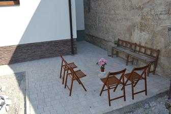 po desiatich dnoch v Taliansku nas doma cakala hotova dlazba na terase. Super pocit, ked clovek pride domov a vsetko je hotove :-)