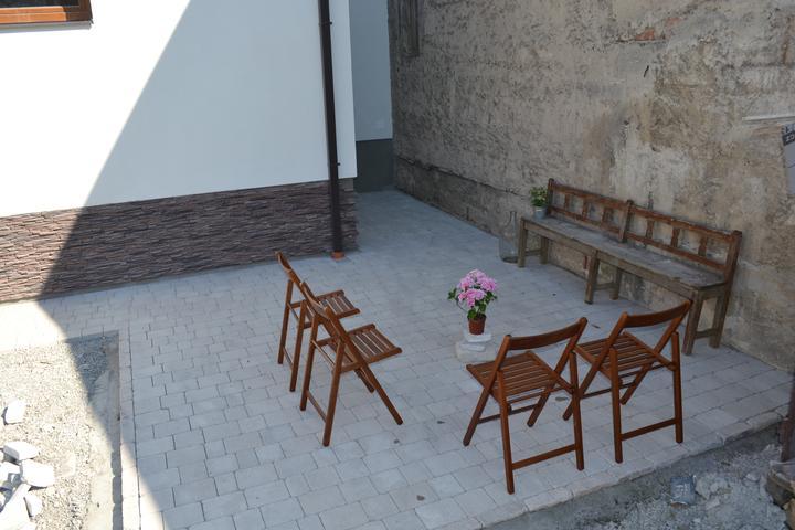 Projekt - záhrada ;-) - po desiatich dnoch v Taliansku nas doma cakala hotova dlazba na terase. Super pocit, ked clovek pride domov a vsetko je hotove :-)