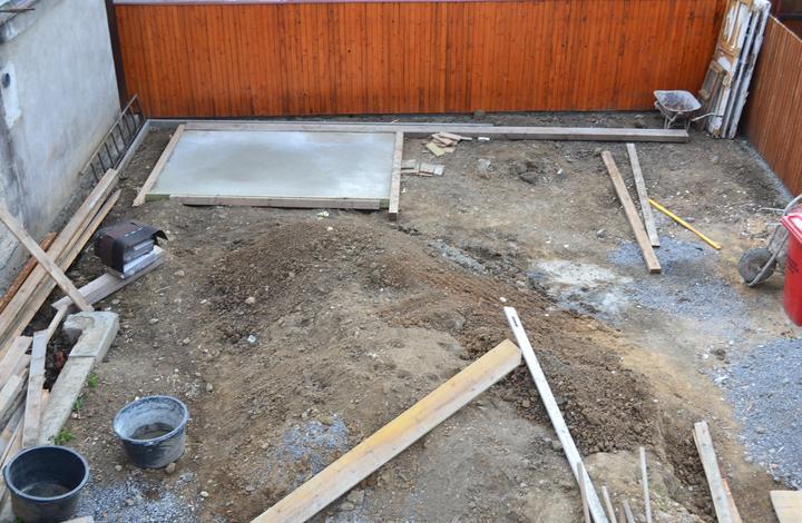 Projekt - záhrada ;-) - zaklady na kolnicku... na tejto foto vidiet velkost nasho pozemku podla toho tramu vzadu :-D
