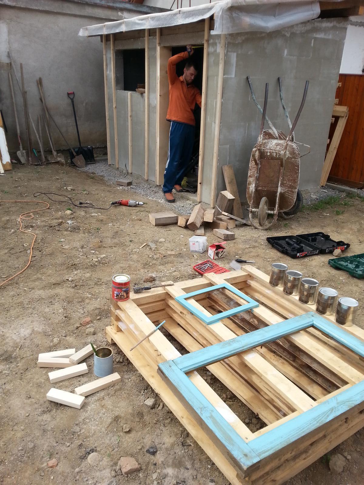 Projekt - záhrada ;-) - hnede dvojokienko z povaly vysmirglovane, nove skla zalozene a zatmelene, ramy v polovici natieracieho procesu.. :-) a vymeriavanie oblozenia na kolnicku..