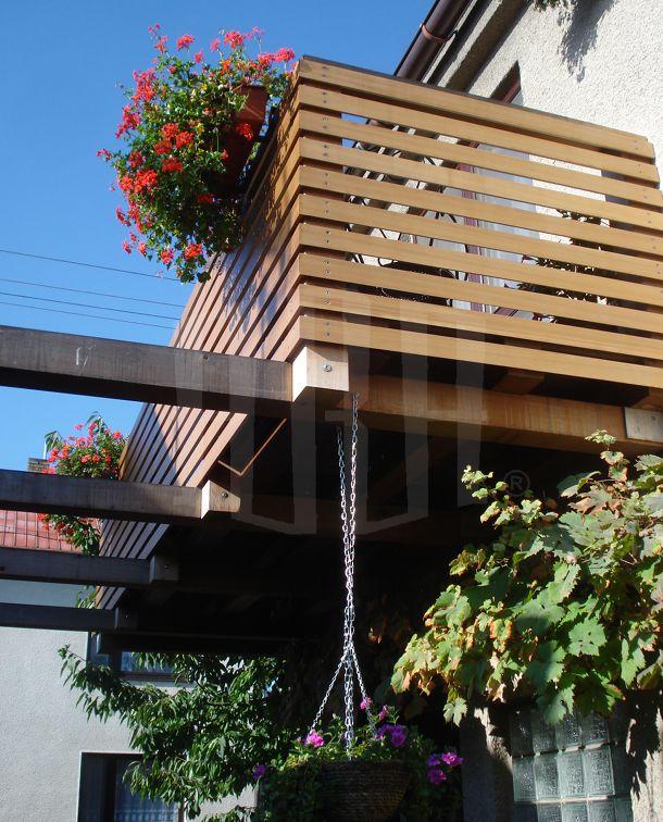 Ahojte, ak mate chvilku cas, potrebujeme poradit, alebo pocut nazor niekoho ineho, co sa tyka zabradlia na nas balkon/terasu. Na prvej foto je nas mini dom, parapety su tmavo hnedej farby, rovnako aj strecha, okna su farby zlaty dub. Rovnako aj plot, branu a pristresok na drevo mame priblizne vo farbe zlaty dub. Na foto cislo dva, je prvy typ zabradlia, ktory sa nam paci. Na poslednej, tretej je varianta cislo 2 (priblizne). Radi by sme vedeli co sa podla vas hodi viac, pripadne budeme radi aj za kazde ine dobre rady alebo navrhy.. :-)) - Foto 2: variant cislo 1 (nami preferovany)