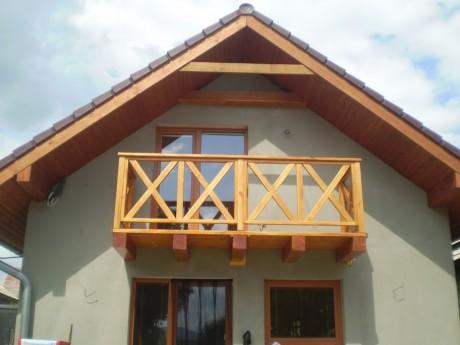 Ahojte, ak mate chvilku cas, potrebujeme poradit, alebo pocut nazor niekoho ineho, co sa tyka zabradlia na nas balkon/terasu. Na prvej foto je nas mini dom, parapety su tmavo hnedej farby, rovnako aj strecha, okna su farby zlaty dub. Rovnako aj plot, branu a pristresok na drevo mame priblizne vo farbe zlaty dub. Na foto cislo dva, je prvy typ zabradlia, ktory sa nam paci. Na poslednej, tretej je varianta cislo 2 (priblizne). Radi by sme vedeli co sa podla vas hodi viac, pripadne budeme radi aj za kazde ine dobre rady alebo navrhy.. :-)) - foto 3: variant cislo 2