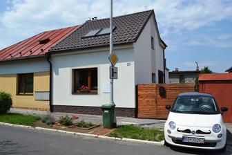 nas maly dom, nas maly fuzik a nasa mala predzahradka odfotene cez cestu :-)
