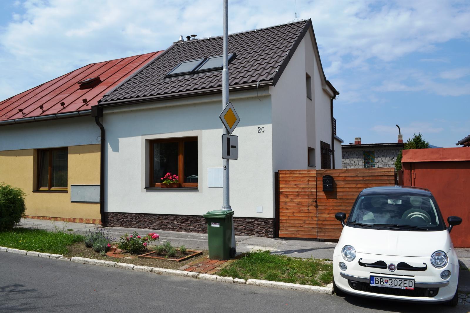 Projekt - záhrada ;-) - nas maly dom, nas maly fuzik a nasa mala predzahradka odfotene cez cestu :-)