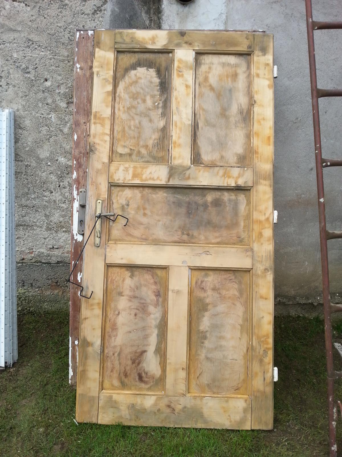 Projekt - záhrada ;-) - stare dvere budu sluzit ako pozadie do bylinkovej zahradky.. mame tri kusy  :-)