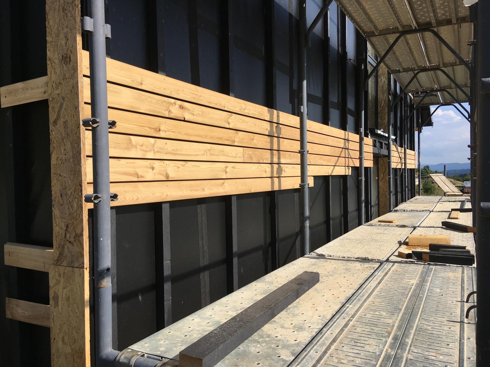 Nový dom v starom sade - Prvé drevko na fasáde