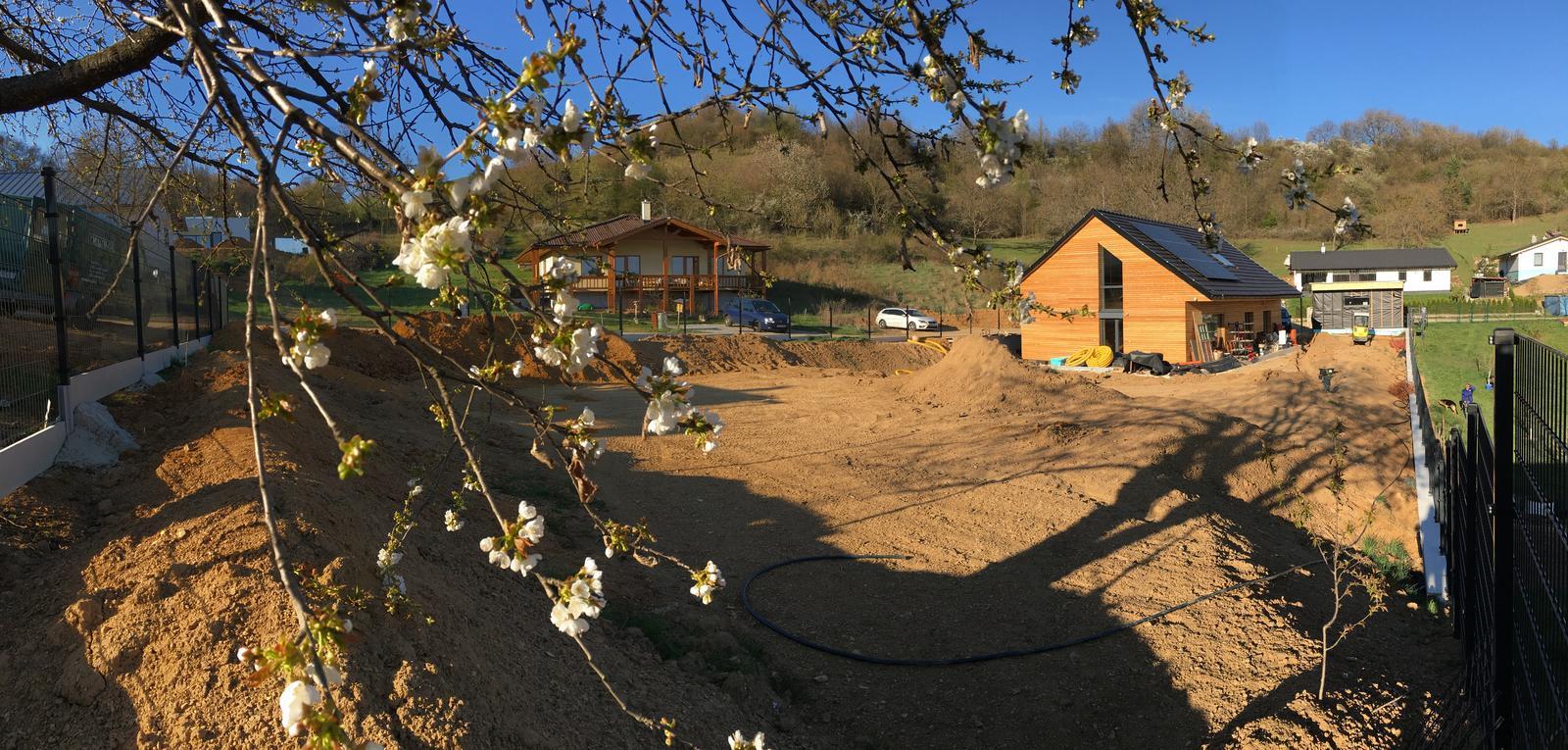 Záhrada v starom sade - Západ slnka spod čerešne - Začali sme hrubé práce na záhrade
