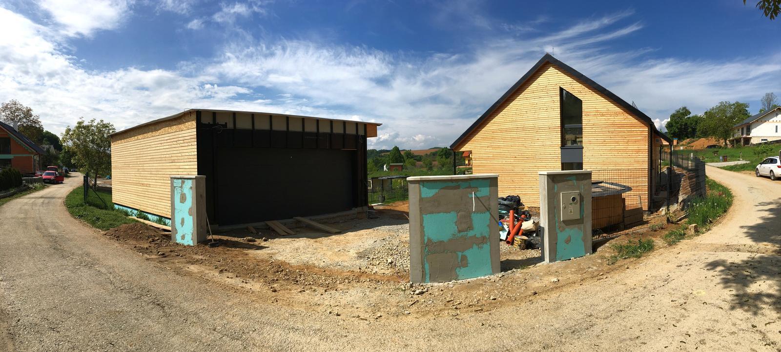 Nový dom v starom sade - Aspoň vonku mierny pokrok, obkladá sa garáž a príprava na bráničku a bránu hotová. Na garáži bude zelená strecha